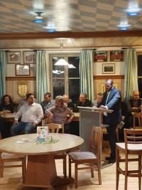 Dietmar Schenn führt durch die Auftaktveranstaltung in Theißing